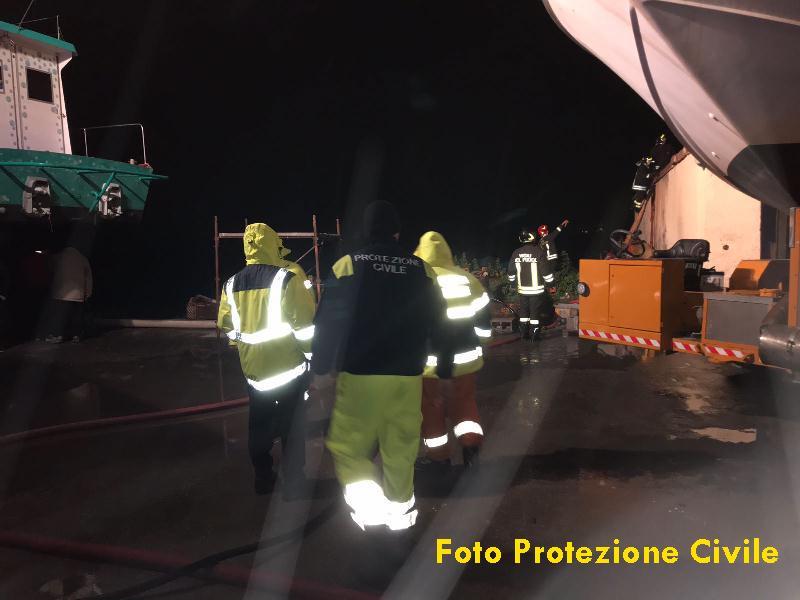 Ufficio In Fiamme : Peschereccio in fiamme: protezione civile e ufficio tecnico presenti
